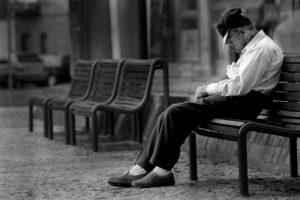 Como ajudar os idosos